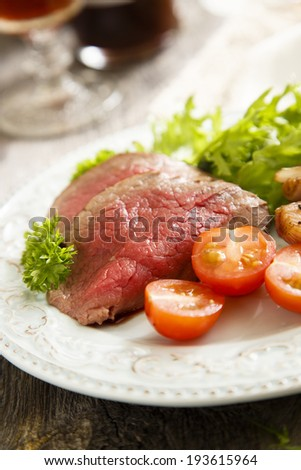 Roastbeef with green salad and vegetables