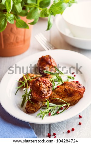 Roasted chicken legs with rosemary and pink pepper