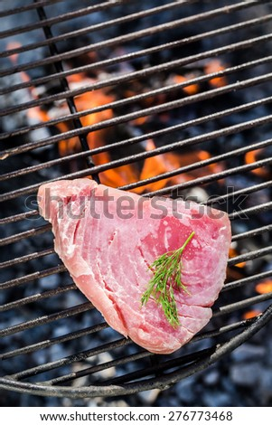Roasting red tuna with lemon and dill