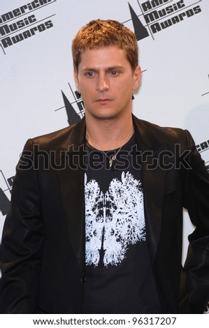 ROB THOMAS at the 2005 American Music Awards in Los Angeles. November 22, 2005  Los Angeles, CA  2005 Paul Smith / Featureflash