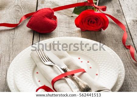 khái niệm bữa ăn tối lãng mạn.  lập bảng lễ hội cho Ngày Valentine trên nền gỗ.  Hồng đỏ với ribbon trên bàn.