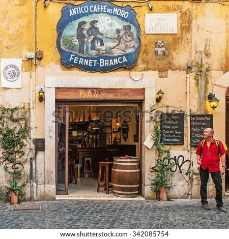 rome italy september 15 2015 old rome street travertine - Travertine Restaurant 2015