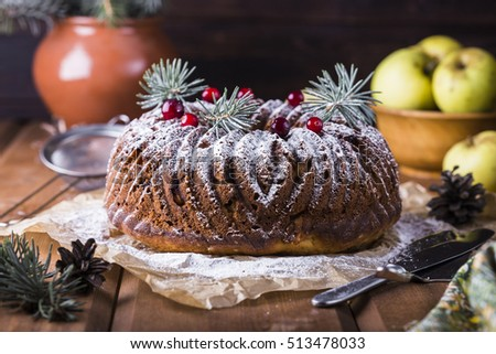 round cake with cheese, apples and raisins