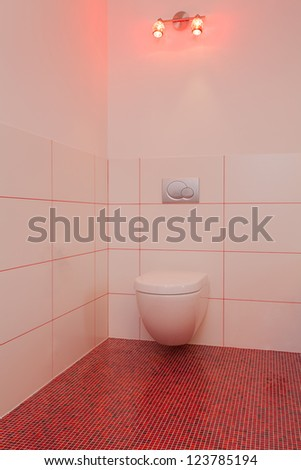 Ruby house - Toilet room in red and white house