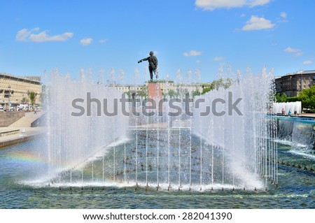 SAINT-PETERSBURG, RUSSIA - MAY 23, 2015. Complex of singing fountains  and monument to  Lenin at Moscow Square in sunny day - stock photo