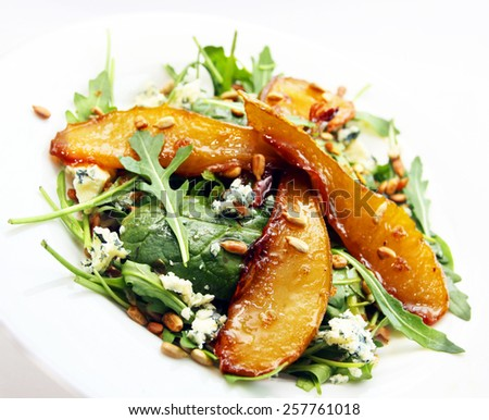 Salad with caramelized pears, sunflower seeds and blue cheese