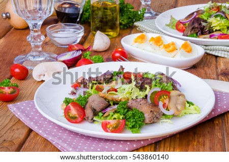 Salad with chicken liver, fried mushrooms and tomatoes