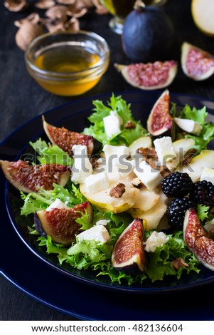 Salad with pears, lettuce, figs, walnuts, goat cheese, walnuts and ...