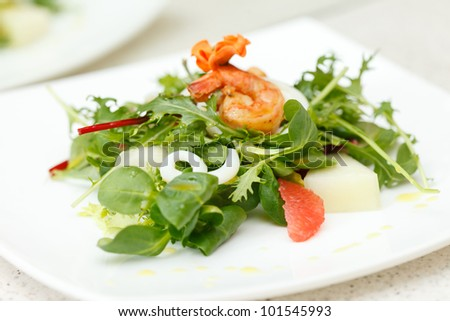 salad with shripmps