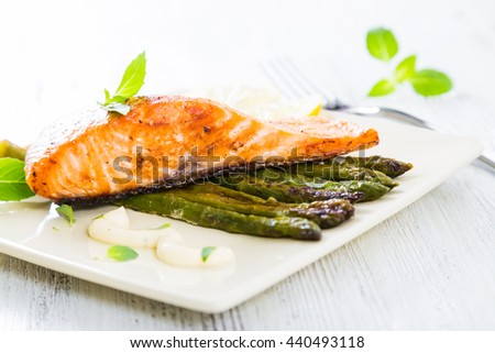 Salmon fillet baked with asparagus