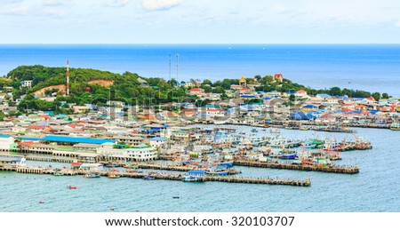 SAMAESARN ,THAILAND - SEPTEMBER 24 , 2015 : The view of fisherman villages in nature blue sea in sunshine day at Samaesarn Sattahip, Thailand on September 24, 2015