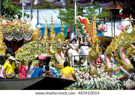 SAMUT PRAKAN,THAILAND-OCT 11, 2011 :The Lotus throwing in Rub Bua Festival  in Samut Prakan,Thailand.Devotees throw lotus flower to boat procession that carry Buddha image on the end of Buddhist Lent.