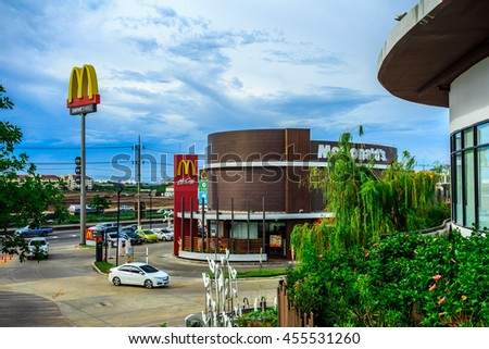Samut Sakhon , Thailand - July 20, 2016 : A new perspective restaurants Donald air.McDonald the chain 's largest . Hamburgers in fast food .
