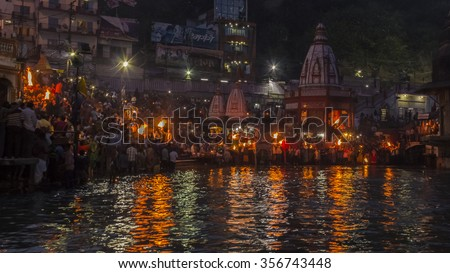 Sandhya Aarti,Haridwar Every evening priest perform sandhya(evening) aarti of river Ganga with large fire tray and gong.People from various parts of India and even from abroad come  for aarti. - stock photo
