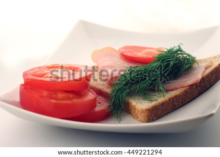 sandwich with bacon, tomatoes and fennel