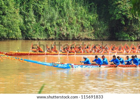 SARABURI,THAILAND - SEPTEMBER 23 :Unidentified crew in traditional Thai long boats compete during Queen Cup Traditional Long Boat Race Championship on September 23, 2012 in Saraburi,Thailand.