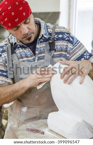 sculptor polish white marble with sandpaper