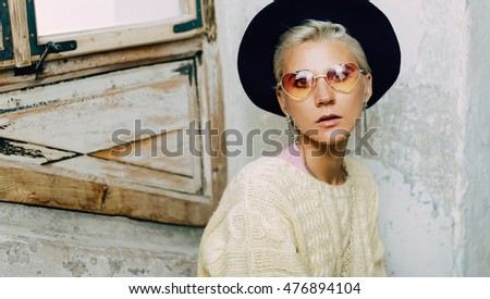 Sensual Blond in a vintage Hat and fashion Sunglasses. Autumn arrives.