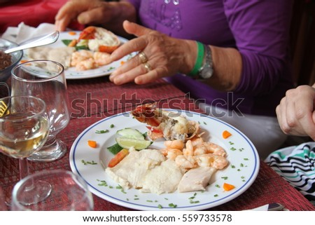 Service at the table capacity of fish dish