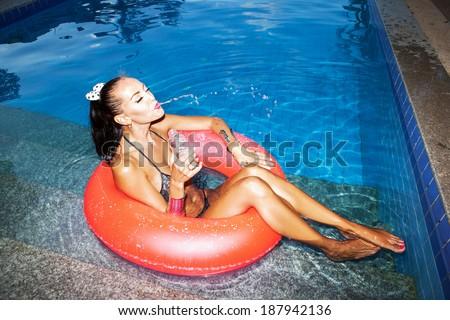 Начальник купается в бассейне с оголенными работницами  440747