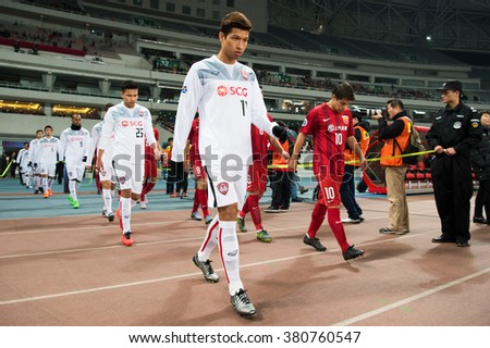 SHANGHAI-CHINA FEBRUARY09:Tanaboon Kesarat (L) of Muangthong Utd in action during The AFC Champions League 2016 Playoff Shanghai SIPG and Muangthong Utd at Shanghai Stadium on Feb 09,2016 in China