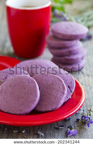 Shortbread with dried lavender.