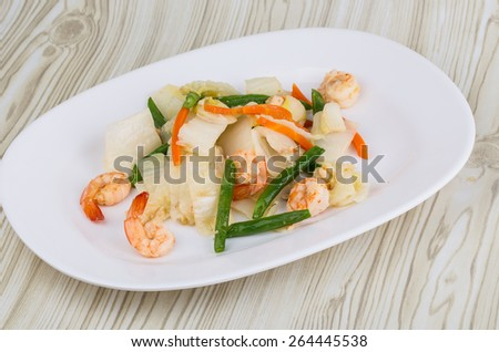 Shrimp salad with beans and iceberg salad