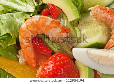 shrimp with vegetables and berries