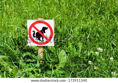 Sign prohibiting dogs on the lawn - stock photo