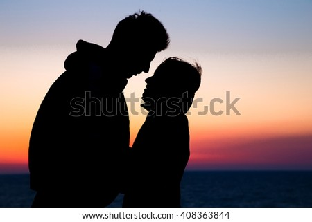 silhouette couple in love. happiness and romantic Scene of love couples partners against sunset