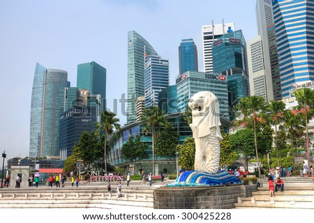 SINGAPORE - APRIL 18: The Merlion fountain and Singapore skyline on April 18, 2014.