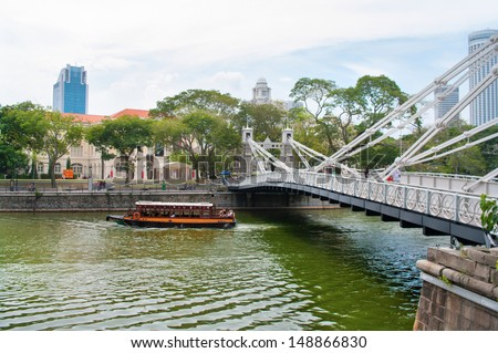 SINGAPORE-AUG 21: Cavenagh Bridge spanning the lower reaches of Singapore River in the Singapore's Central Area on Aug 21, 2011  - stock photo