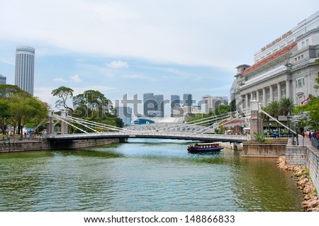 SINGAPORE-AUG 21: Cavenagh Bridge spanning the lower reaches of Singapore River in the Singapore's Central Area on Aug 21, 2011