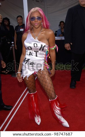 Singer LIL' KIM at the 7th Annual Soul Train Lady of Soul Awards in Santa Monica, California. 28AUG2001.   Paul Smith/Featureflash