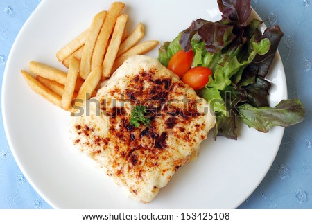 slice breads baked with melt cheese serves with chips and fresh vegetables