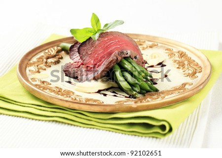 Sliced roast beef with green beans