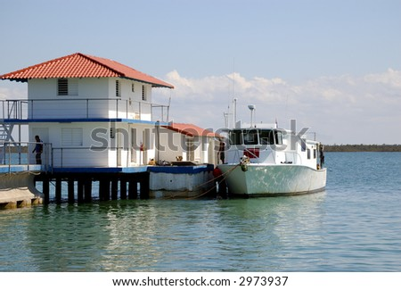 small pier in the midle of the ocean, diving boat