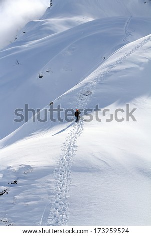 Snowboarder ascending for free ride