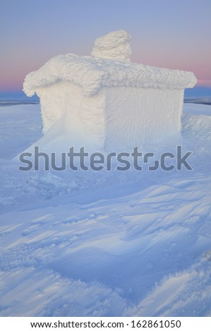 Snowbound hut on mount dundret in swedish lapland, gaellivare, norrbotten