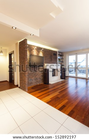 Spacious apartment - Living room with brick wall and tv