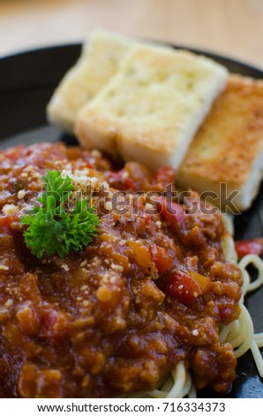 spaghetti bolognese with toast