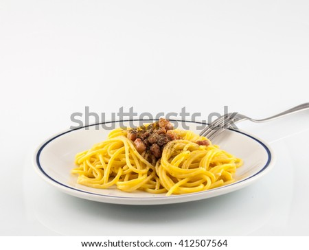 spaghetti with a bacon, egg and cheese sauce and a bit of pepper
