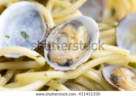 Spaghetti with fresh clams, garlic and parsley, focus selected