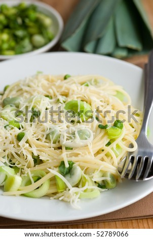 Spaghetti with leeks, peas and grated parmesan