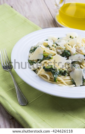 Spaguettis with spinach and parmesan