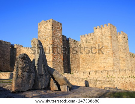 """Spain, Extremadura, Caceres, Medieval castle above the historical town of Trujillo. Birth place of  Fransisco Pisarro - """"The Conqueror of Peru"""". - stock photo"""