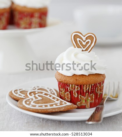 Spice cupcake with vanilla frosting and gingersnap cookie hearts for Christmas