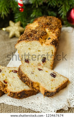 Sponge cake with caramelized almonds and cranberries