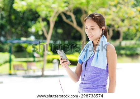 Sporty girl listen to music with smartphone