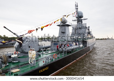 """ST. PETERSBURG, RUSSIA - JULY 26, 2015: Small anti-submarine ship """"Kazanets"""" takes visitors on board on the day Navy - stock photo"""